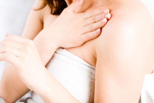 Лечение прыщей у девушки на груди