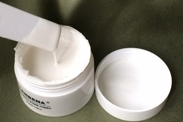 Применение белой маски для лица от черных точек