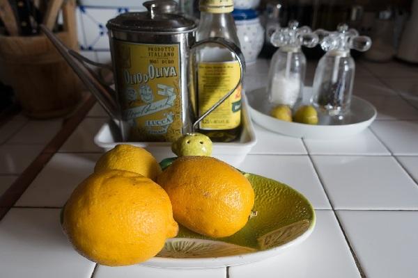 Лимон и оливковое масло от черных точек
